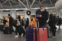 Cestující na nádraží v Londýně