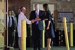 Prezident Donald Trump s manželkou Melanií navštívili postřeleného kongresmana v nemocnici.