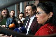 Petr Wolf se svou manželkou Hanou (vpravo) před Krajským soudem v Ostravě