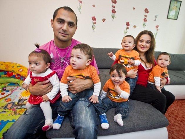 První česká paterčata Deniel, Martin, Tereza, Michaela Alex s rodiči Alexandrou Kiňovou a Antonínem Kroščenem.