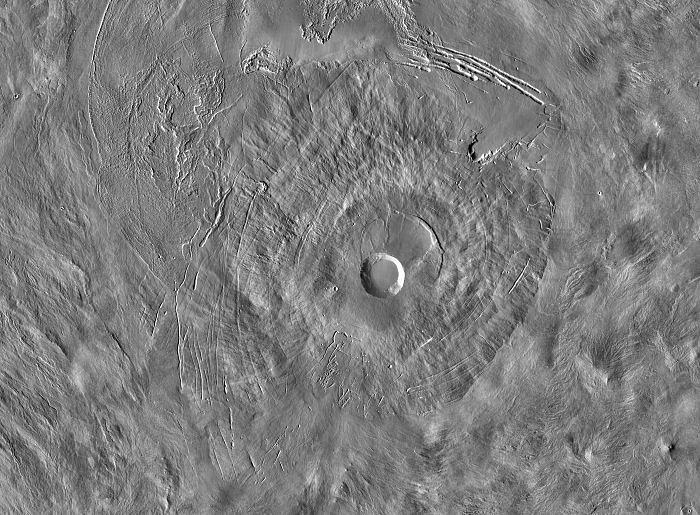 Satelitní infračervený snímek sopečného štítu Pavonis Mons, představujícího střed tří vrcholů Tharsis Montes, v centrální části Marsu
