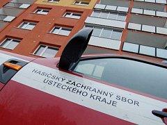 Hasiči před domem v Holešické ulici, kde v bytě našli mrtvou ženu.