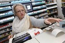 Lenka Teufelová prodavačka Dobrá trafika Litoměřice - Největší problém vidím ve vydávání stvrzenek, které musíme vytisknout a zákazník si je stejně nevezme. Navíc, když si zákazník ještě vzpomene neco přikoupit, musím znovu vytisknout doklad.