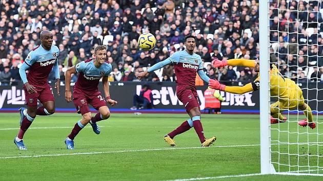 Tomáš Souček (druhý zleva) se při své premiéře v dresu West Hamu dostal i do šance.