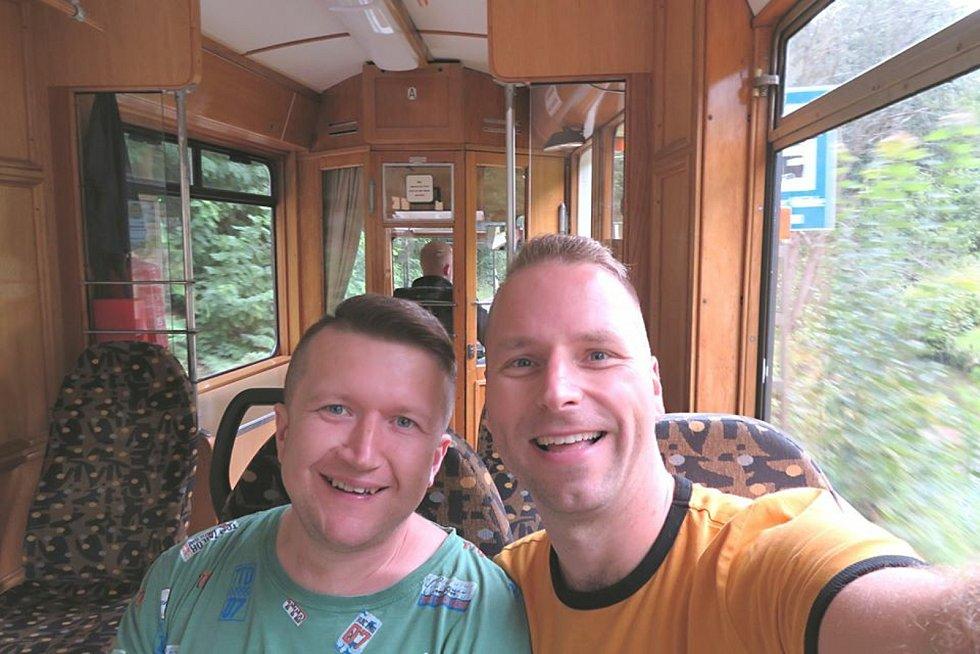 Registrovaný manželský pár Robert Zauer (40 let) a Tomáš Kavalec (38 let) z Teplic, selfíčka z cestování po světě. Místo - Bad Schandau v Německu.
