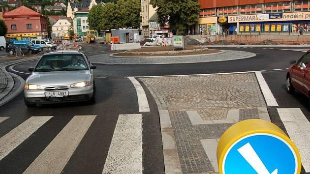 KDO BY VYHRÁL DNES? Minulý měsíc v Semilech na Riegrově náměstí zprovoznili nový kruhový objezd, který vybudovala firma Silnice a Mosty Česká Lípa. Získala by zakázku i nyní?
