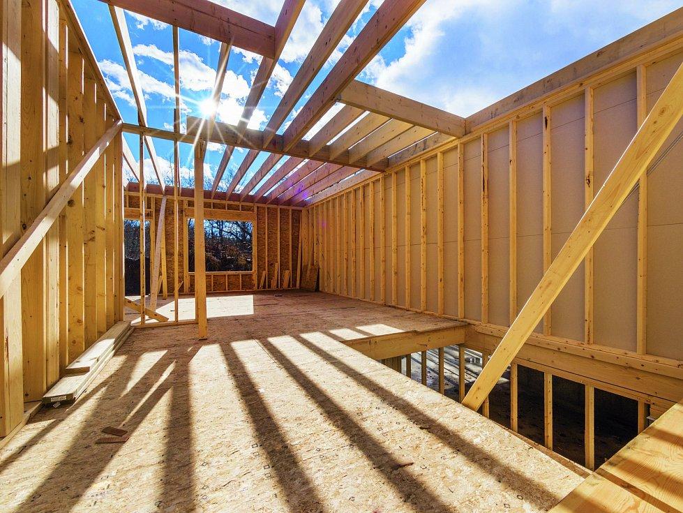Dřevostavby si získávají stále více příznivců. Hlavně proto, že použitý materiál je ekologický, voňavý a dostupný.