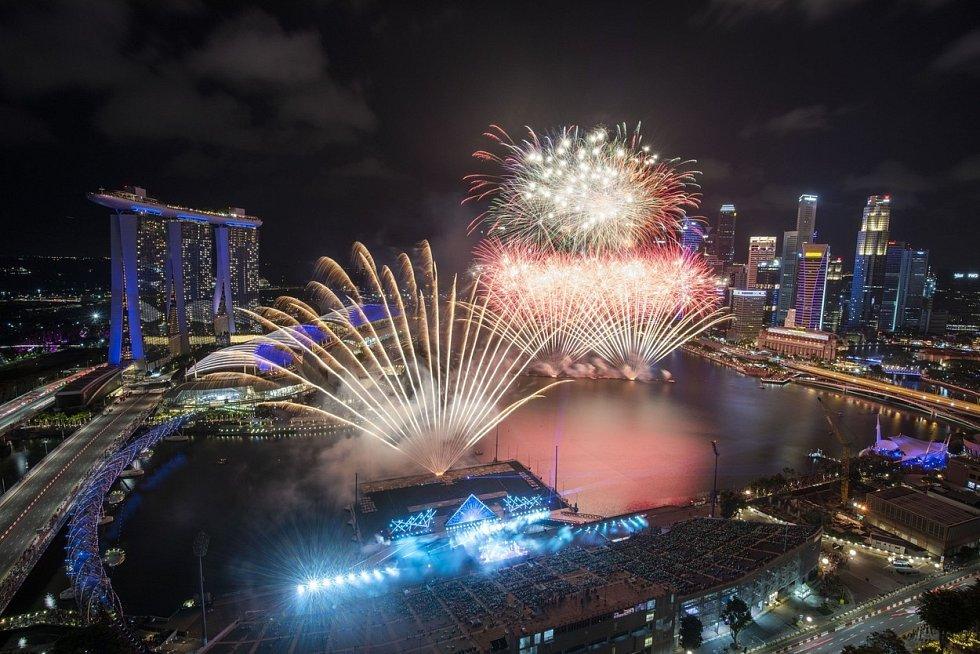 Rok 2020 vítal v Singapuru ohňostroj, který lidé sledovali z připraveného hlediště…