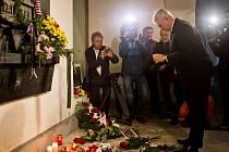 Milan Štěch zapaluje svíčku na Národní třídě.