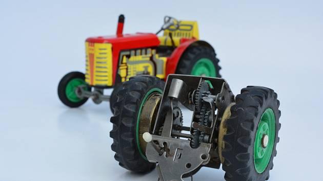 Hračky vsocialistickém Československu. Traktor Zetor se třemi rychlostmi i zpátečkou. Výrobce Kovodružstvo Náchod
