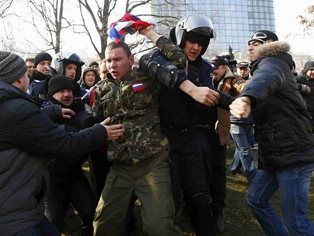 Protesty. Ukrajinští policisté zasahují na demonstraci v Doněcku. Ilustrační foto.