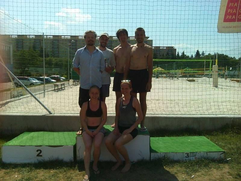 Volejbalový tým. Viktor Dvořák je vlevo nahoře