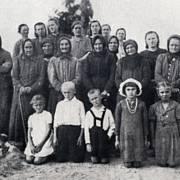 Ženy a děti, které přežily masakr v Českém Malíně. Většinu obyvatel vesnice Němci upálili nebo postříleli. Dodnes nikdo neví, proč se tak stalo