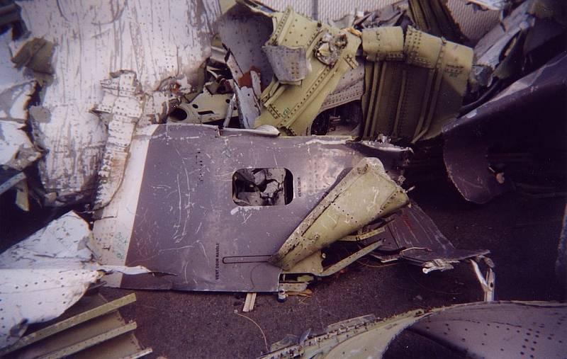 Trosky letadla z letu 111 společnosti SwissAir. Letoun se zřítil v roce 1998. Pozůstalí na zprávy o nálezu a identifikaci ostatků cestujících čekali v hotelu Ramada Plaza.