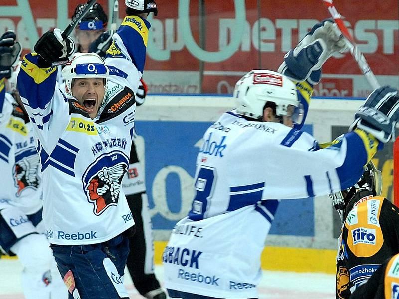 Martin Straka oslavuje jeden z gólů do litvínovské klece.