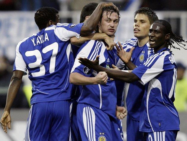 Hráči Dynama Kyjev se radují z gólu v semifinále Poháru UEFA proti Šachťaru Doněck.