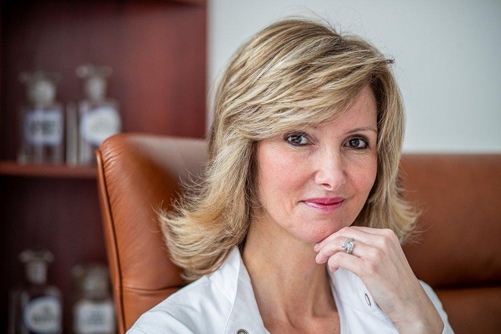 Dermatoložka Monika Arenbergerová vystudovala 1. LF UK a po promoci v r. 1996 nastoupila na postgraduální studium na Ústavu biochemie a experimentální onkologie tamtéž.