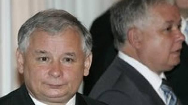 Strana bratrů Kaczyńských zaostává v průzkumech o osm procent za Občanskou platformou.