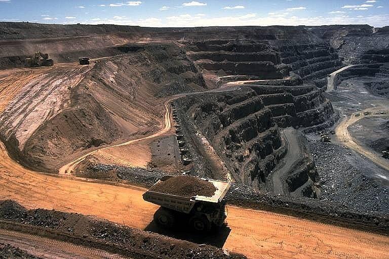 Těžba nerostných surovin je základ bohatství Austrálie. Na snímku je povrchová těžba uhlí.