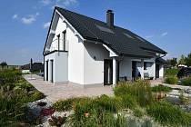 S fasádou dokonale ladí střecha v antracitovém odstínu.