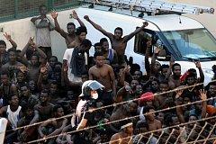 Migranti opět pronikli do španělské Ceuty.