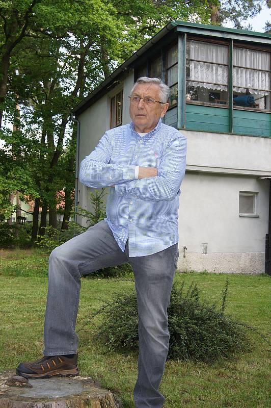 Jiří Menzel před Hrabalovou chatou v Kersku
