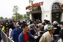 Tisíce lidí s VIP pozvánkami stály o víkendu fronty do zábavního parku Disneyland v čínské Šanghaji, který v sobotu zahájil zkušební provoz.