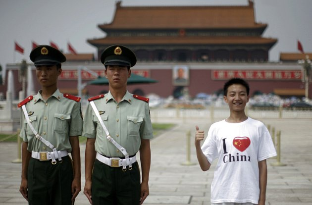 Čínští policisté hlídkují před olympiádou u pekingského Zakázaného města.