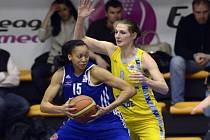 Ilona Burgrová z USK Praha (vprav) proti Záhřebu.