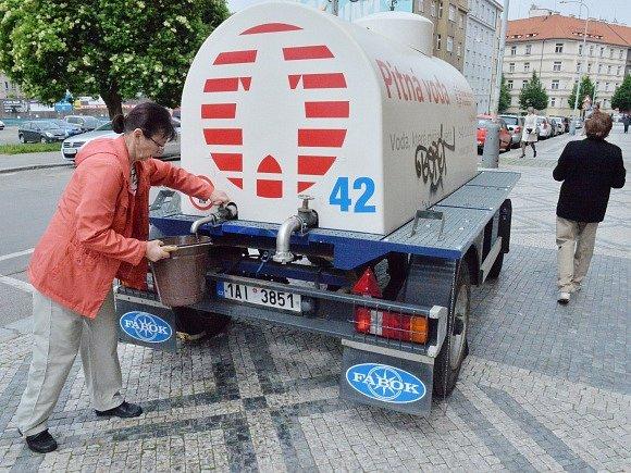 Voda v pražských Dejvicích stále není pitná. Pražské vodovody a kanalizace a zásobují oblast vodou z cisteren.