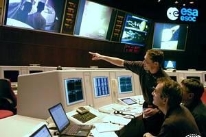 Pracovníci Evropské kosmické agentury (ESA) v řídící místnosti Evropského střediska pro vesmírné operace (ESOC) v německém Darmstadtu