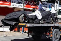 Poničený monopost Fernanda Alonsa při testech v Barceloně.