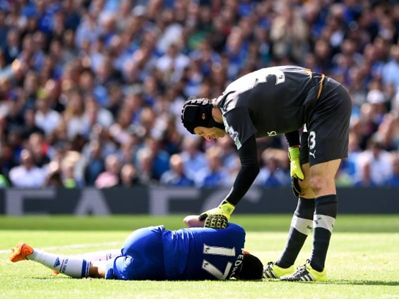 Brankář Arsenalu Petr Čech (vpravo) po vzájemném střetu stav Pedra z Chelsea.