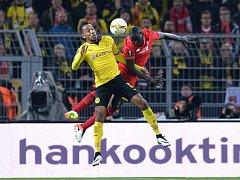 Emerick Aubameyang z Dortmundu (vlevo) a Mamadou Sakho z Liverpoolu.