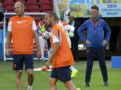 Fotbalisté Nizozemska Arjen Robben (vlevo) a Wesley Sneijder (uprostřed) na tréninku pod dohledem kouče Louise van Gaala.