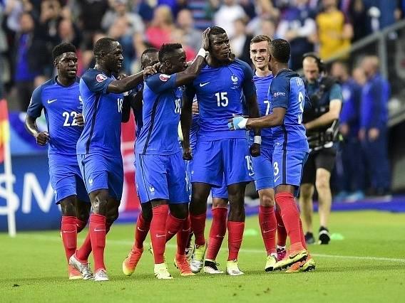 Paul Pogba slaví se spoluhráči druhý gól Francie.