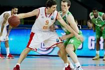 Utkání 6. kola osmifinále Evropského poháru basketbalistů, skupina G: Nymburk - Kazaň, 10. února v Praze. Jiří Welsch z Nymburka (vlevo) a Sergej Bykov z Kazaně.