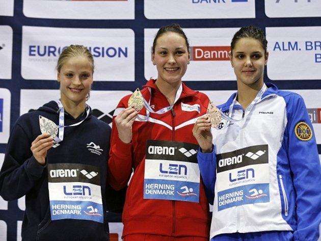 Simona Baumrtová (vlevo) vybojovala na ME v českém rekordu stříbro na 100 metrů znak. Nestačila jen na Mie Nielsenovou z Dánska (uprostřed), bronz patřil Daryně Zevinové z Ukrajiny.