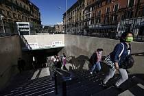 Lidé vystupují z metra na stanici San Giovanni v Římě