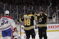 Utkání NHL Boston - Montreal. Hokejista Bostonu Bruins David Pastrňák (uprostřed) se raduje ze vstřeleného gólu, vpravo mu gratuluje spoluhráč Patrice Bergeron