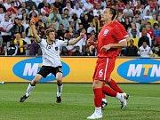 Zklamaný John Terry (vpravo) po gólu Němce Thomase Müllera (vlevo).