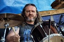 MILAN MAREK během své hudební kariéry už vystřídal pěknou řadu kapel, zde bubnuje v té nejmilejší, Virtual Void.