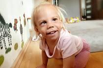 Dvouletá Pavlínka z Přeštic trpí syndromem, který nelze léčit. Ale rodiče dělají vše pro to, aby jednou byla samostatná.