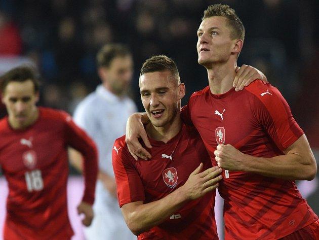 Pavel Kadeřábek (vlevo) a Tomáš Necid se radují z gólu.