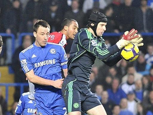 Gólman Chelsea Petr Čech (vpravo) v duelu s Arsenalem.