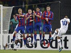 Wesley Sneijder z Interu Milán skóruje ve čtvrtfinále Ligy mistrů přes zeď CSKA, ve které je Tomáš Nicid (vpravo).