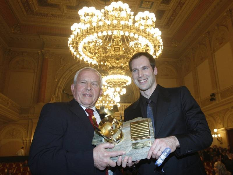 Brankář Petr Čech (vpravo) pošesté v kariéře vyhrál anketu Fotbalista roku a překonal legendárního Ivo Viktora (vlevo), který byl na slavnostním večeru uveden do Síně slávy.
