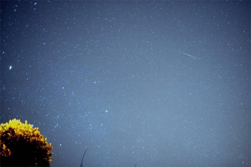 Kometa 17P/Holmes zachycená spolu s Geminidy nad San Franciskem 13. prosince 2007