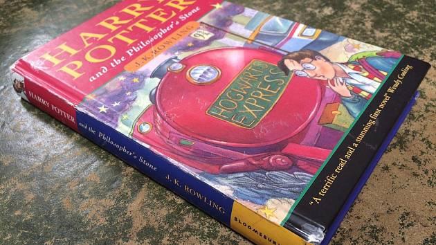 Jeden z prvních výtisků Harryho Pottera a kamene mudrců se v aukci prodal za 965 tisíc korun.