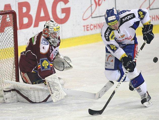 Útočník Brna Marek Kvapil (vpravo) se snaží překonat Tomáše Pöpperleho ze Sparty.